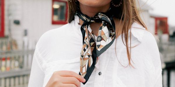 Le foulard à nouer, cet accessoire indémodable.