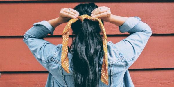 Le foulard carré, 3 façons de le porter